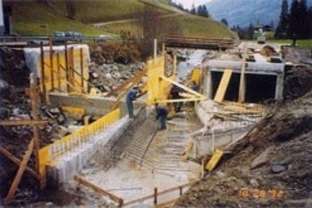 Wasserfassung - Bau der Einlaufschwelle und der Entsandungsanlage